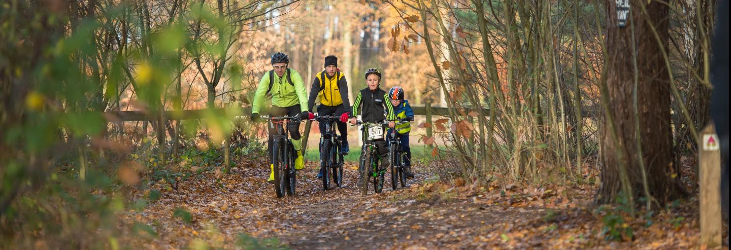 Moutainbikers in een bos